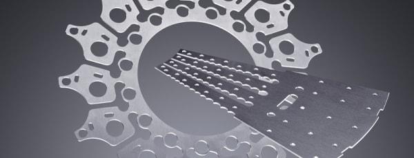 Wycinanie skomplikowanych wzorów dzięki maszynom CNC.